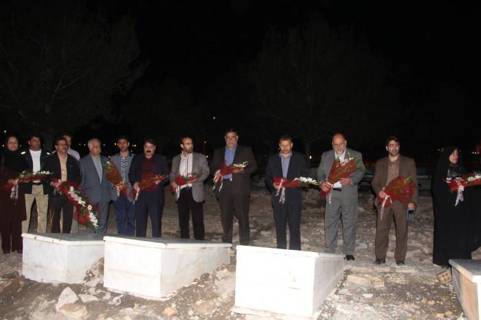 ادای احترام و تجدید میثاق شهردار و اعضای شورای اسلامی شهر با شهدای گمنام هشت سال جنگ تحمیلی