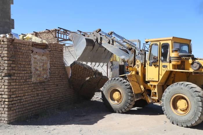 تخریب ساخت و سازهای غیرمجاز در نقاط مختلف شهر آغاز شد