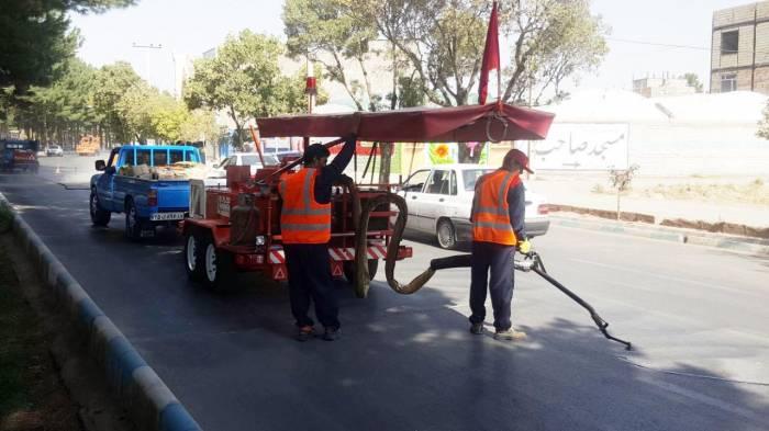اجرای عملیات مرمت و درزگیری آسفالت با روش استاندارد در نیشابور
